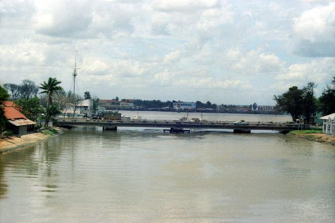 Cầu Khánh Hội nối liền quận 1 và quận 4. Cây cầu cũ bắt đầu tháo dỡ vào tháng 3/2006, các công đoạn diễn ra trong 2 tháng. Cầu Khánh Hội mới có quy mô lớn hơn, phù hợp với quy hoạch của tuyến đại lộ Đông Tây được hoàn thành.