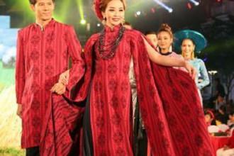 Trình diễn áo dài tại lễ khai mạc. Ảnh: Quang Nhựt/TTXVN
