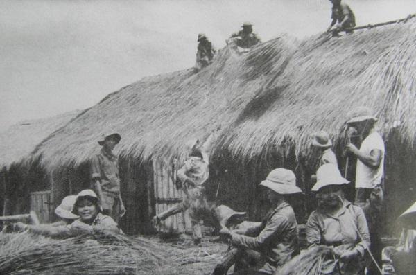 Thanh niên xung phong xây dựng lán trại ở H.Củ Chi, TP.HCM (1976 - 1977) ẢNH: LỰC LƯỢNG TNXP TP.HCM