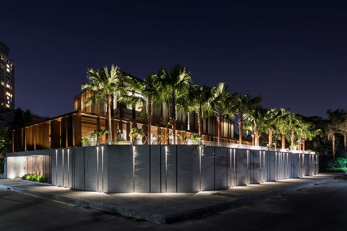 Công trình lung linh khi trời tối với các bóng đèn chiếu sáng được bố trí trên hàng rào. Nguồn ảnh: Hiroyuki Oki.