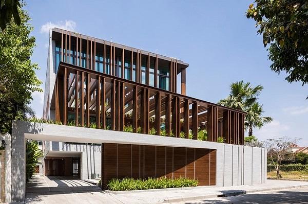 Tọa lạc tại Thảo Điền, quận 2 (TP HCM), ngôi biệt thự 3 tầng đẹp như khu resort này thuộc sở hữu của đôi vợ chồng trẻ mới cưới.