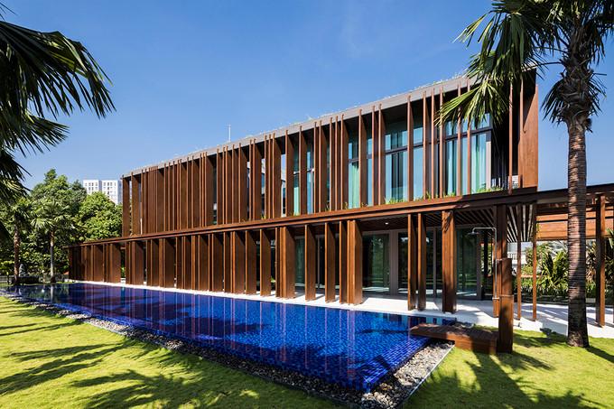 Biệt thự 3 tầng được xây trên khuôn viên đất rộng 1.400m2 gây ấn tượng với hệ thống bể bơi ngoài rộng lớn.