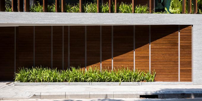 Hệ lam dọc đem lại hiệu ứng bóng đổ giúp ngôi nhà luôn mát mẻ.