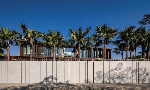Biệt thự lấp ló sau rặng cau không khác các resort bên bờ biển.