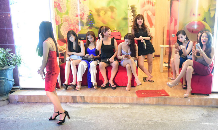 Cảnh tiếp viên chờ khách ở một quán massage trong khu phố Nhật - Ảnh: Quang Định