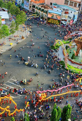 Toàn cảnh lễ hội chùa Bà ngày rằm tháng Giêng năm Mậu Tuất - Ảnh: NGUYỄN TẤN TUẤN