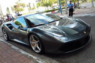 """Siêu xe Ferrari 488 GTB màu xám của Cường Đô la vừa cầm lái lăn bánh tại Vũng Tàu là chiếc thứ 2 anh sở hữu trong bộ sưu tập siêu xe """"khủng"""" của mình. Chiếc đầu tiên mang ngoại thất màu trắng và sau thời gian sử dụng đã được bán lại cho một showroom mua bán xe tại Sài Gòn."""