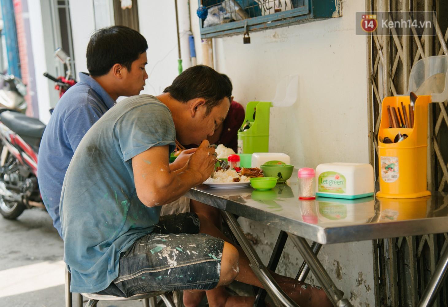 Khách ở tiệm chị Trinh đa phần là người lao động có thu nhập thấp.
