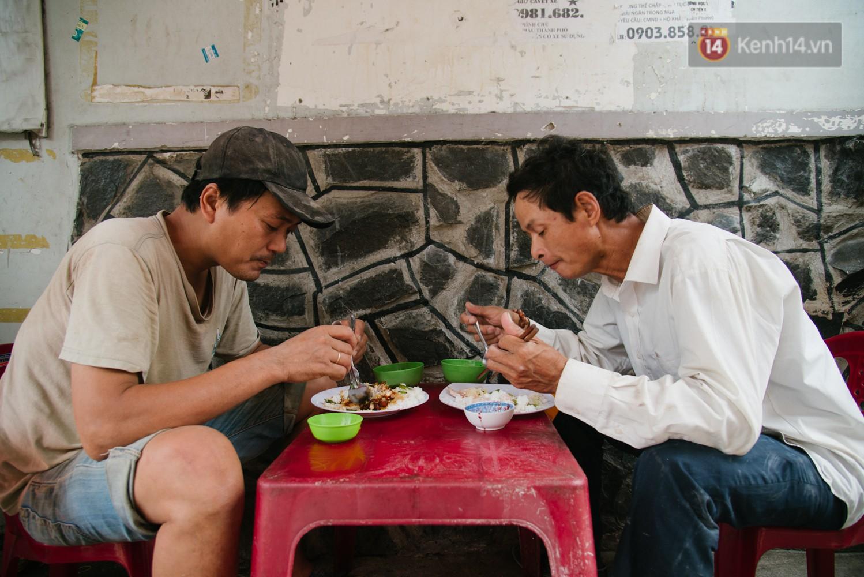 Ở giữa trung tâm thành phố, tìm được một quán cơm với giá bình dân với người lao động là không dễ.