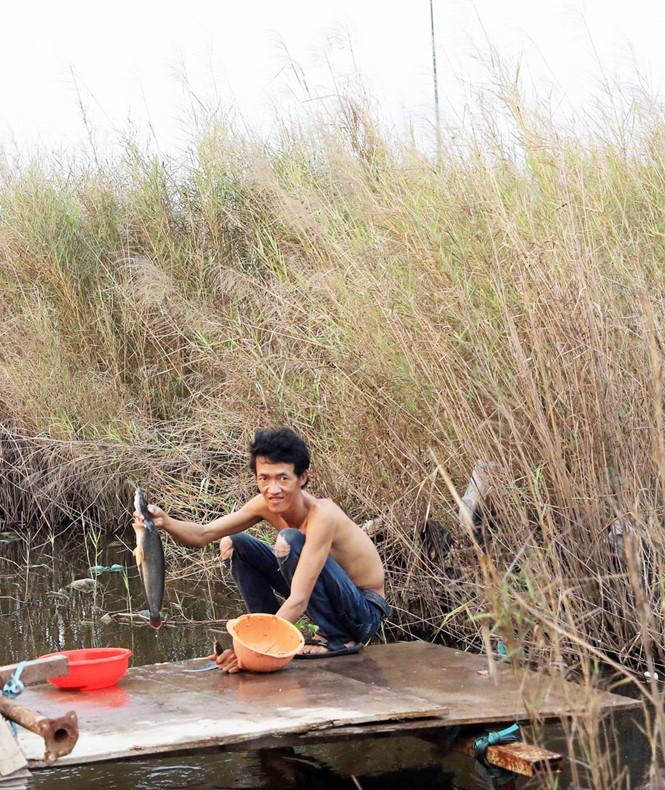 Sau giờ làm, anh Nguyễn Hoàng Nam (Kiên Giang) làm cá chuẩn bị cơm cho cả lán trại
