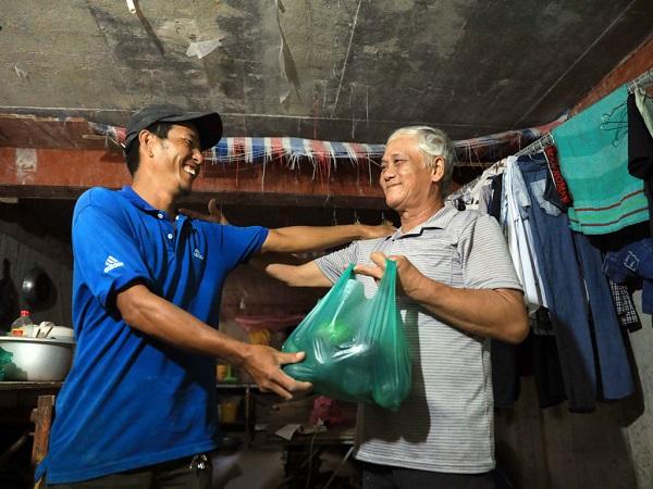 Anh Trần Văn Tuấn vui mừng khi gặp lại ân nhân giúp đỡ mình nhiều năm trước ẢNH: ĐỨC ANH