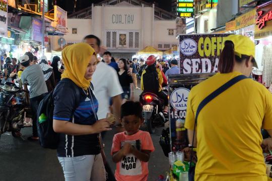 Con đường được khách du lịch đến từ Malaysia, Indonesia, Brunei truyền tai nhau bởi cái tên Saigon Halal street. Tất cả xuất phát từ ngành nghề kinh doanh của các hộ dân ở đây đều phục vụ cho cộng đồng dân cư Hồi giáo.