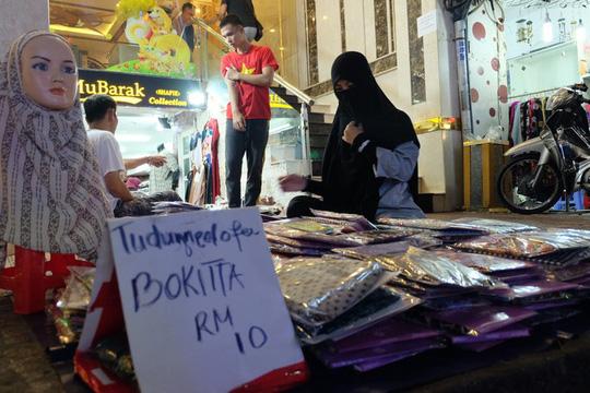 Hơn 50 hộ kinh doanh ở bên đường bán từ thức ăn, quần áo đến đồ lưu niệm.Thậm chí khăn đội đầu truyền thống của phụ nữ Hồi giáo (Hijab) cũng có bán tại đây. Một khách du lịch đến từ Brunei sang đây để mua hàng rồi mang về vương quốc bán lại. Giá niêm yết bằng đồng Việt Nam và cả ringgit Malaysia (RM).