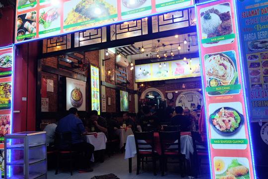 """Ngoài ra, các nhà hàng phục vụ thực khách những món ăn đúng điệu như đặc sản của Malaysia, nasi lemak - loại cơm nấu cùng nước cốt dừa, ăn kèm cá khô, trứng. Những nhà hàng, quán ăn hoặc hàng rong đều dán dấu """"Halal"""", hàm ý thực phẩm mà người theo đạo Hồi được phép dùng."""
