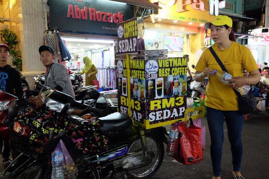 Du khách gốc Malaysia, Indonesia hòa vào dòng người Sài Gòn tản bộ ban đêm. Họ cũng thử thưởng thức các món ăn vỉa hè. Nhất là cà phê Việt Nam.