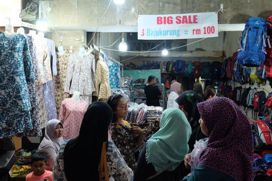 Phố Mã Lai được hình thành từ năm 2011, khi đó bà Basiroh - cựu nhân viên nghiên cứu thị trường của Anh - đã mày mò khởi nghiệp với dòng hàng dành cho du khách, người lao động Malaysia đến TP HCM. Trước đó, du khách đến từ các quốc gia nói tiếng Bahasa gặp khó khăn khi rất ít hàng quán phục vụ đồ ăn đúng chuẩn Halal cũng như quần áo đặc trưng.
