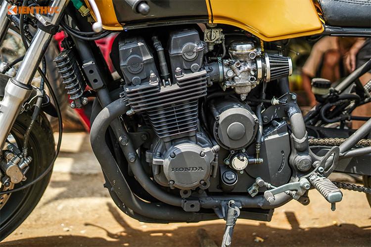 """Sau khi """"lên dáng"""" cafe racer bởi xưởng độ Tự Thanh Đa, chiếc Honda CB750 độ này đã """"lột xác"""" hoàn toàn mang đậm vẻ mạnh mẽ, cá tính hơn so với kiểu dáng nguyên bản trước đây. Được biết, chiếc xe này phải độ trong thời gian 4 tuần và chi phí độ khoảng 30 triệu đồng."""