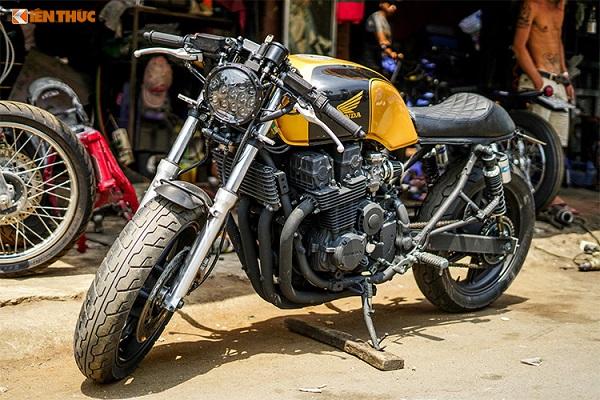 Với động cơ 4 xi-lanh mạnh mẽ và bộ khung hoàn hảo để lên nhiều dáng khác nhau, môtô Honda CB750f được dân độ xe trên toàn Thế giới ưa chuộng. Mới đây nhất tại Việt Nam, xưởng độ Tự Thanh Đa tại Sài Gòn cũng đã vừa hoàn thành xong một chiếc CB750f cafe racer cổ điển.