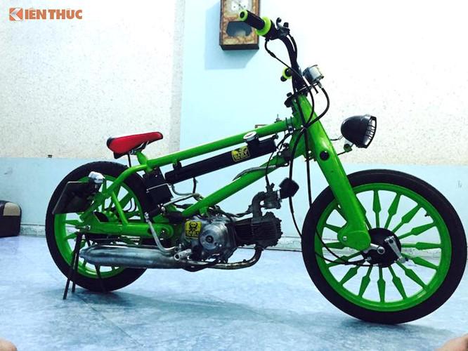 """Gần đây, một biker trẻ sống tại miền Nam Việt Nam đã hoàn thành xong một bản độ Cub """"xe đạp ruồi"""" cực độc đáo. Trên bản độ này, chủ xe đã giữ lại phuộc """"giò gà"""" nguyên bản của Cub ở phía trước, trong khi cặp bánh xe được thay bằng mâm đúc nhiều nan nhưng vẫn có đường kính 17 inch."""