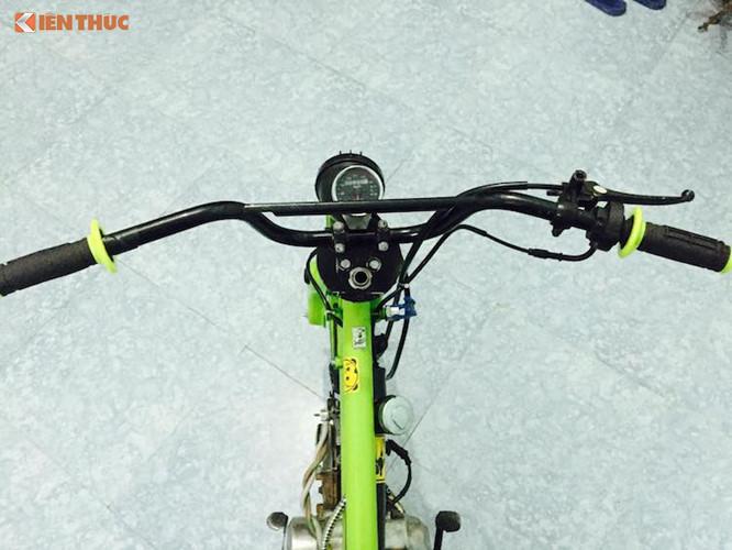 Chiếc xe Honda Cub độ độc đáo này được trang bị ghi-đông cao tương tự như của xe đạp BMX. Hướng tới sự tối giản giống những chiếc xe đạp, hệ thống điện của những chiếc Cub BMX thường cực kỳ đơn giản, thậm chí là không có hệ thống điện. Tuy nhiên chiếc xe này đã được chủ nhân lắp cho đèn trước, đèn sau và đồng hồ.