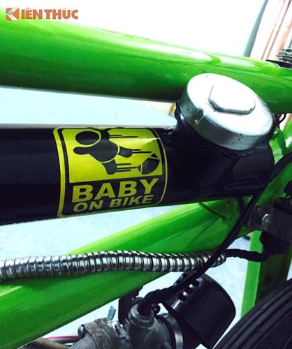"""Để biến chiếc Cub thành dáng của xe đạp BMX, một bộ khung """"hàng thửa"""" từ thép ống đã được chủ xe tạo ra. Treo ở gióng trên của khung là bình xăng cũng có dạng ống, cung cấp nhiên liệu cho động cơ của xe. Giống những chiếc xe đạp, xe chỉ có duy nhất một yên solo."""