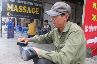 Rời quê hương để đi làm thuê, ông Trần Kim Thiện không thể trở về nhà trong ngày 8/3/ Ảnh: Ngọc Thi