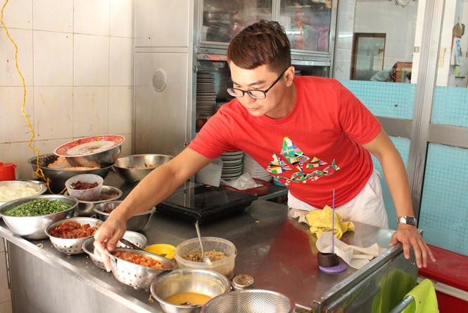 Một trong hai người chủ hiện tại của quán là anh Dương Hải Thành (34 tuổi) ẢNH: LƯU TRÂN