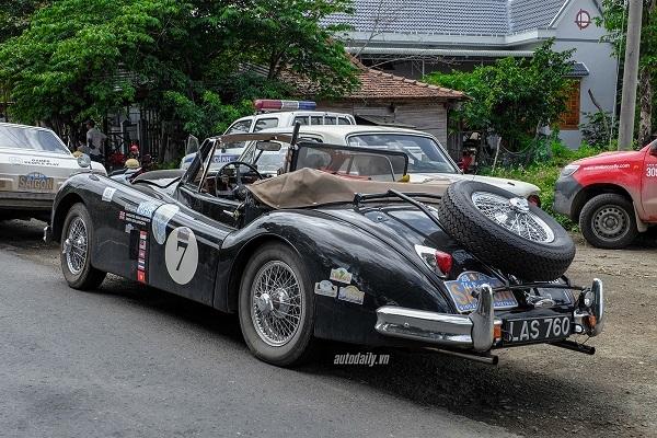 Jaguar XK140 DHC (Drophead Coupe) được giới thiệu lần đầu vào cuối năm 1954, nhưng được bán chính thức vào năm 1955, kế thừa đàn anh XK120. Có kích thước dài 4.470mm, rộng 1.638mm, chiều dài trục cơ sở là 2.591mm và trọng lượng không tải khoảng 1.500kg.