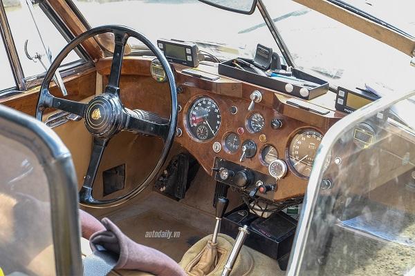 Chưa hết, bên trong khoang lái cũng được làm mới, một lớp vải lót trên xe ở phía sau ghế, một tấm chắn gió cố định ở phía trước và cụm bảng điều khiển được ốp gỗ.
