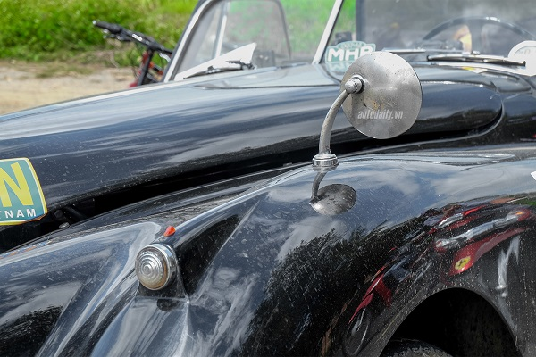 """Jaguar XK140 DHC 1955 được đánh giá cao về thiết kế cho đến thời điểm hiện tại. So với mẫu tiền nhiệm (XK120) thì Jaguar XK140 DHC 1955 được nâng cấp tương đối nhiều về bên ngoài phần đầu, bao gồm cản trước và huy hiệu """"Jaguar"""" đặt phía trên cùng dính liền với cụm lưới tản nhiệt. Các thanh mạ chrome kéo dài từ mũi nắp ca-pô cho đến kính chắn gió trước. Cụm hệ thống đèn và xi-nhan trước vẫn giữ nguyên dạng tròn và thanh chắn trước to bản, ôm trọn phần dưới của đầu xe."""