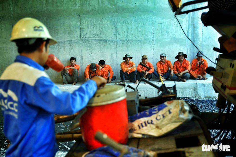 Công nhân nghỉ ngơi tại hầm để chuẩn bị cho các công đoạn còn lại - Ảnh: HỮU KHOA