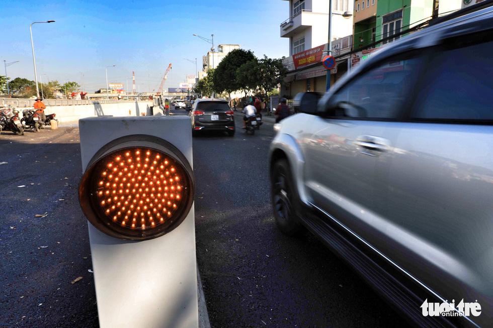 Cột đèn báo hiệu giảm tốc độ khi lưu thông qua hầm với tốc độ 50km/ giờ - Ảnh: HỮU KHOA