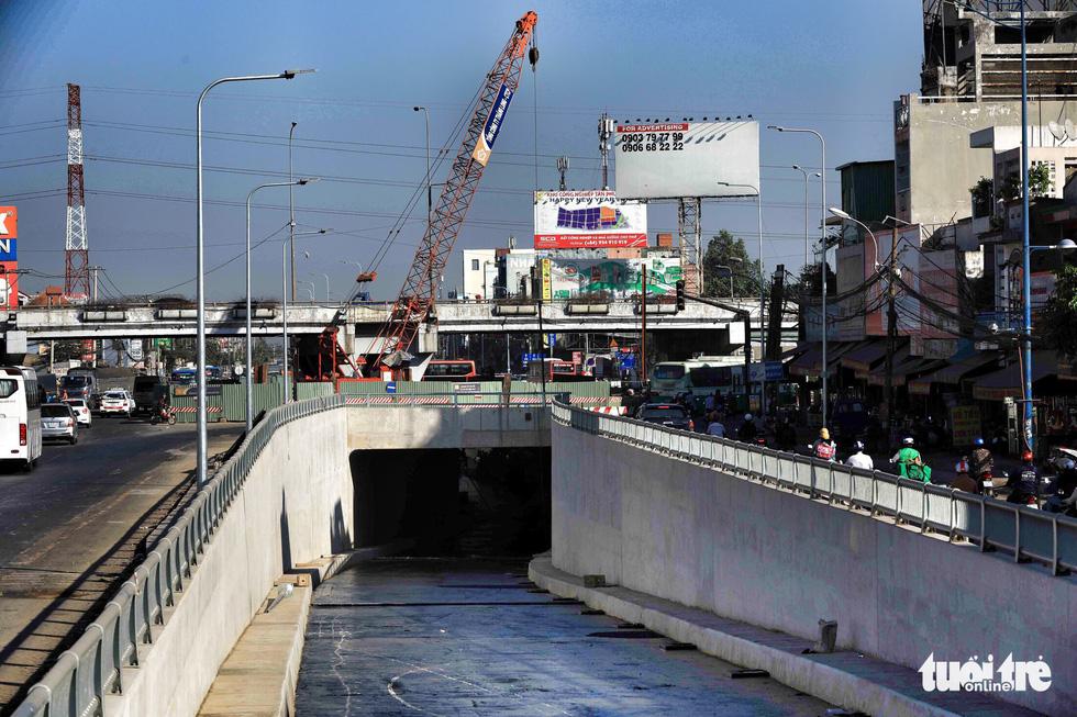 Miệng hầm chui hướng từ Trường Chinh về quốc lộ 22 đi Củ Chi, Tây Ninh và cửa khẩu Mộc Bài qua Campuchia - Ảnh: HỮU KHOA
