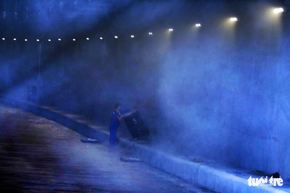 Trong hầm chui có tổng cộng 60 bóng đèn led, mỗi bên có 30 bóng để chiếu sáng cho xe cộ lưu thông qua hầm - Ảnh: HỮU KHOA