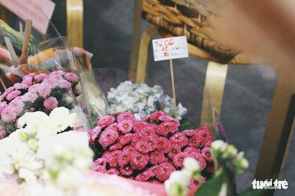50 loại hoa và 1.000 cành được trưng bày trong dịp này tại một tiệm trà và hoa ở 58 Nguyễn Công Trứ, quận 1, TP.HCM