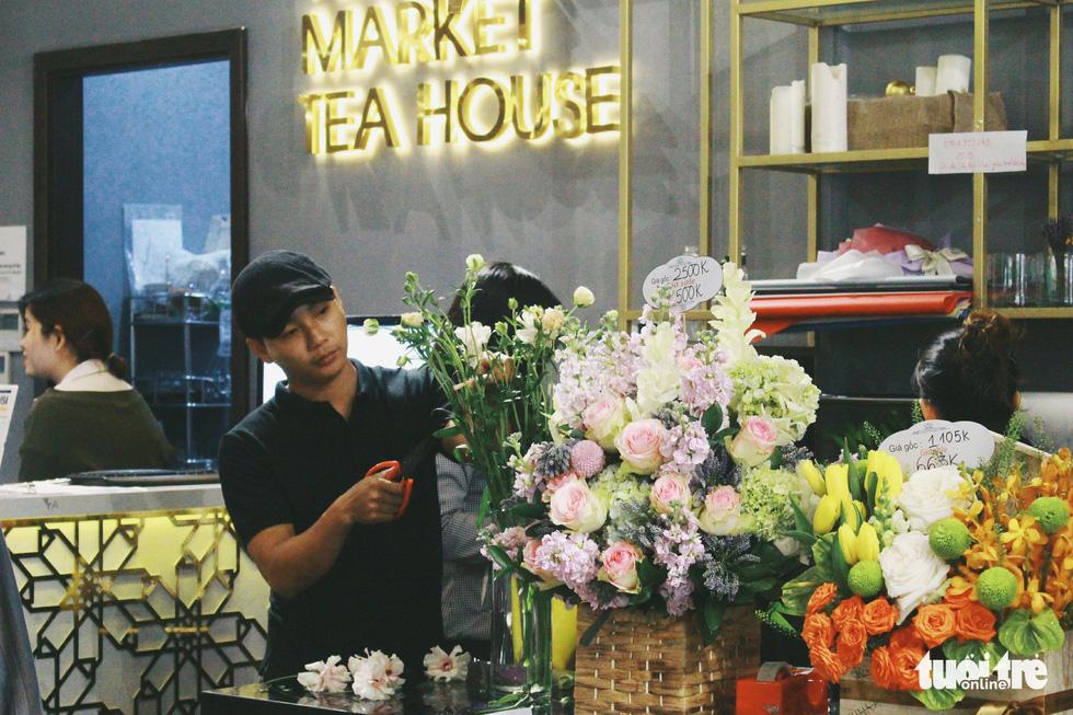 """Anh Bùi Công Bửu - quản lý cửa hàng - chia sẻ: """"Chúng tôi mong muốn tạo nên không gian thoải mái để mọi người đến xem và tìm hiểu các loài hoa Nhật""""."""