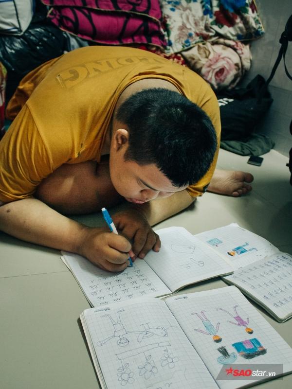 Hoàng nắn nót viết từng chữ trong những cuốn tập cũ.