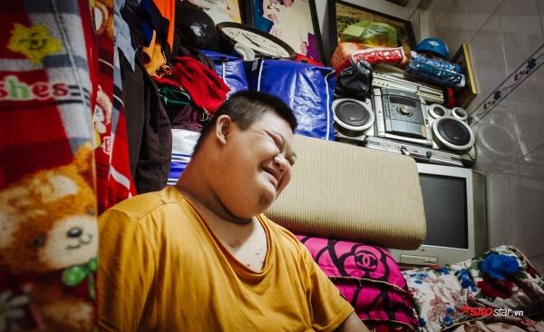 Hoàng gần 20 tuổi, đang mang trong mình căn bệnh down, nhiễm trùng máu, nhiễm trùng đường ruột… bẩm sinh.