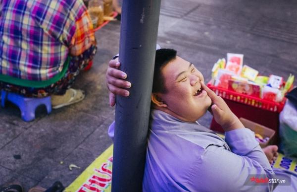 Thằng Hoàng hay cười lắm, vì má nó dạy mỗi khi cười sẽ lại cảm thấy yêu cuộc sống này hơn