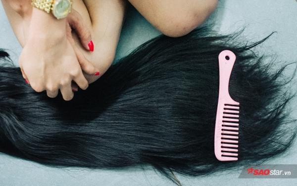 Bộ tóc giả vài trăm nghìn chị dùng trong mỗi đêm hát.