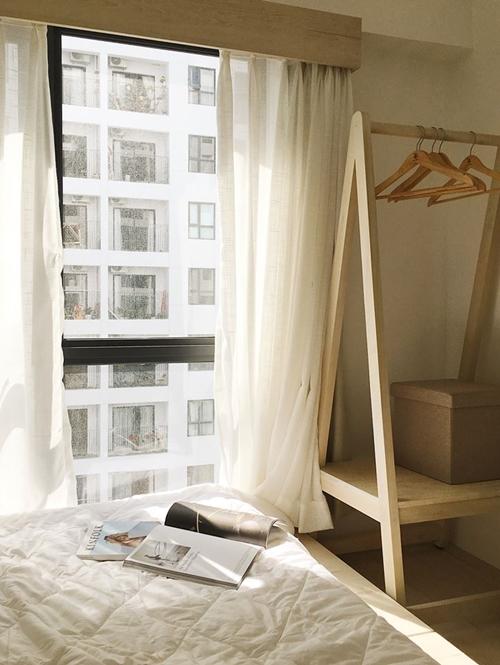 Điều khiến Duy tâm đắc ở căn hộ là thiết kế hai ban công, phòng ngủ có cửa sổ lớn; mang đến không gian sống nhiều ánh sáng tự nhiên, cảm giác thoáng đãng, mát mẻ.
