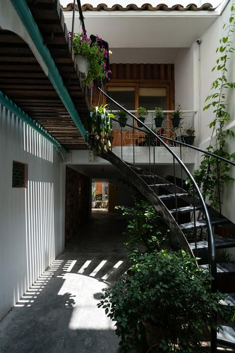 Kiến trúc sư dùng chính cầu thang là nơi phân chia không gian, mỗi lần di chuyển lên tầng mới là không gian khác, nên nhà dẫu đông người nhưng nhờ cầu thiết kế đặc biệt mỗi gia đình nhỏ đều có không gian riêng biệt thuộc về mình