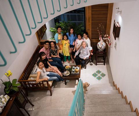 Cả đại gia đình sống quây quần bên nhau, cùng chia sẻ những thời khắc hạnh phúc dưới mái nhà của mẹ