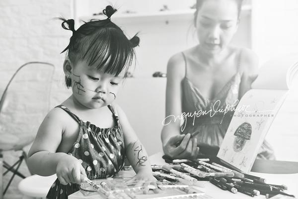 Con muốn vẽ đâu thì vẽ miễn là con thấy nghệ thuật là được.