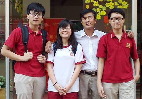 Thầy Phạm Phúc Thịnh (thứ hai từ phải qua) cùng các học trò. Ảnh: TT.