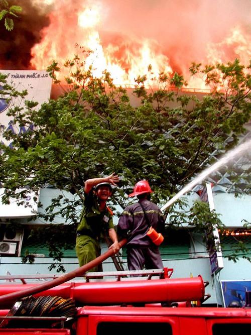 Khói lửa ngùn ngụt năm đó nhấn chìm hơn trăm người. Ảnh: Thể thao và Văn hóa
