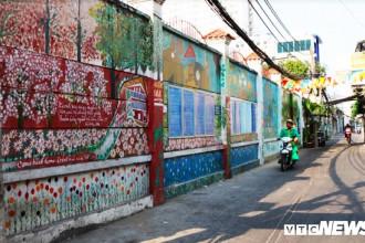 """Nhắc tới Sài Gòn, người ta liên tưởng ngay tới hình ảnh một thành phố sôi động, phát triển vượt bậc với những toà nhà cao """"chọc trời"""". Thế nhưng, ít ai biết rằng, đâu đó giữa lòng thành phố nhộn nhịp này lại có những ngõ nhỏ đang được khoác lên mình những """"chiếc áo"""" đầy dung dị do các hoạ sĩ tài ba """"phù phép"""" lên."""