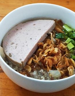 Bánh đúc là món ăn quen thuộc với thực khách ở Sài Gòn vào những buổi xế chiều. Món ăn tùy tay người nấu mà có hương vị khác nhau.