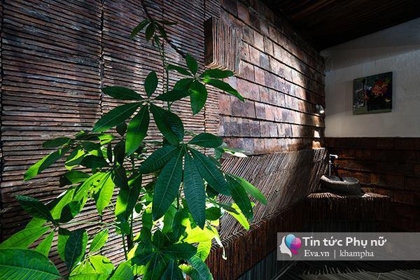 Vật liệu ngói từ nhà cũ được tận dụng tối đa tạo nên không gian cổ kính & làm điểm nhấn cho ngôi nhà.