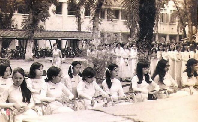 Sau năm 1953, nữ sinh Gia Long chuyển màu trang phục từ áo dài tím sang áo dài trắng.